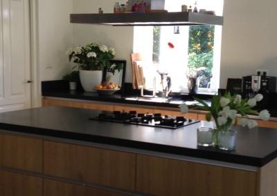 woonkeuken houten keuken hardsteen aanrecht keukenblad composiet